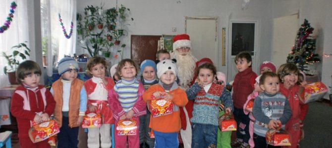 (Română) Moș Crăciun aduce zimbete celor mici!