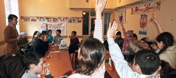 (Română) Copiii Școlii de democrație gazdă oaspeților